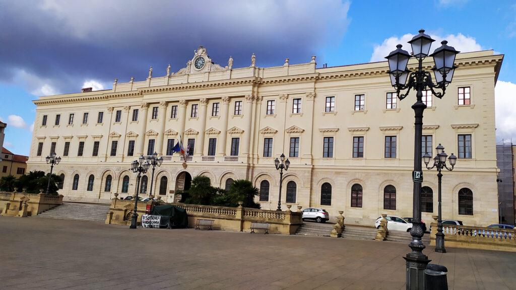 piazza italia una magnifica piazza centro di alghero le sue dimmensioni sono veramente ampie é un immenso rettangolo