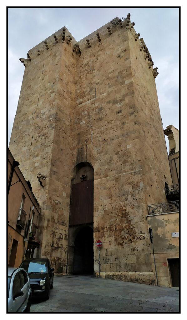 splendida la torre dell'elefante all'entrata della Cagliari Antica