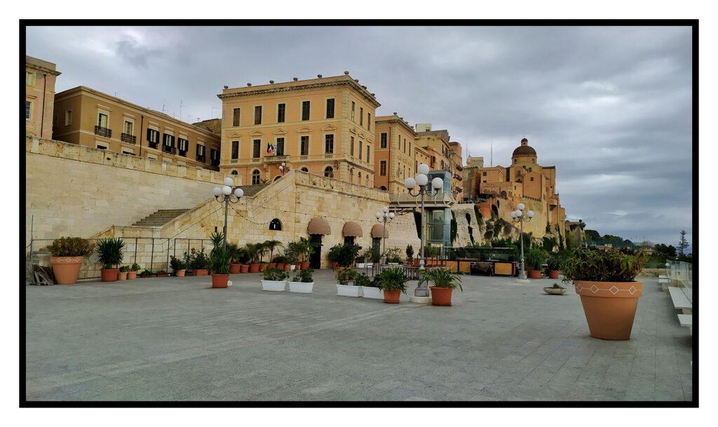 una meravigliosa terrazza umberto I dalla quale si puó ammirare Cagliari in tutto il suo splendore