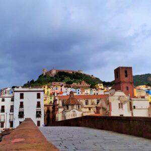 immagine scattata dal ponte di bosa e ritrae il paese di Bosa, e sopra domina il castello di Malaspina