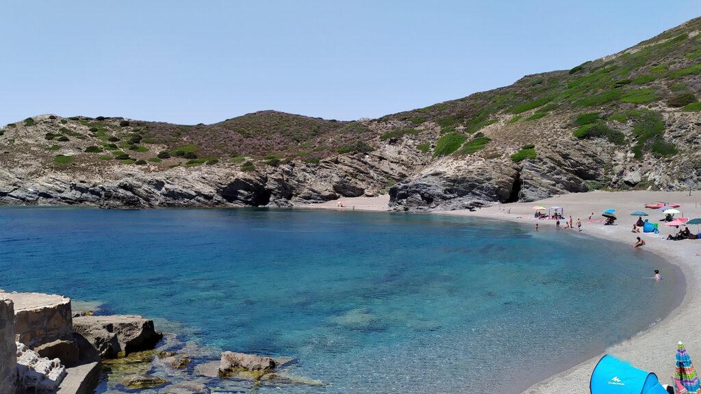 una meravigliosa spiaggia di sabbia e mare cristallino
