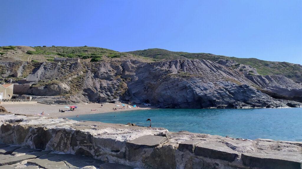 la spiaggia di sinistra molto piú piccola rispetto alle due di destra