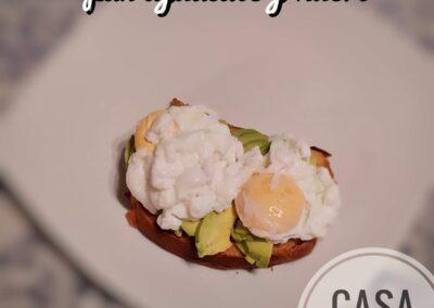 pan aguacate y huevo piatto composto di pane tostato, avocado, e uovo in camicia, si puó in alternativa mettere i pomodori secchi sotto olio.