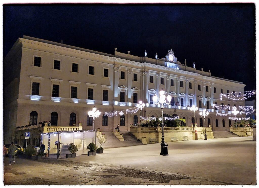 piazza d'italia illuminata alla sera
