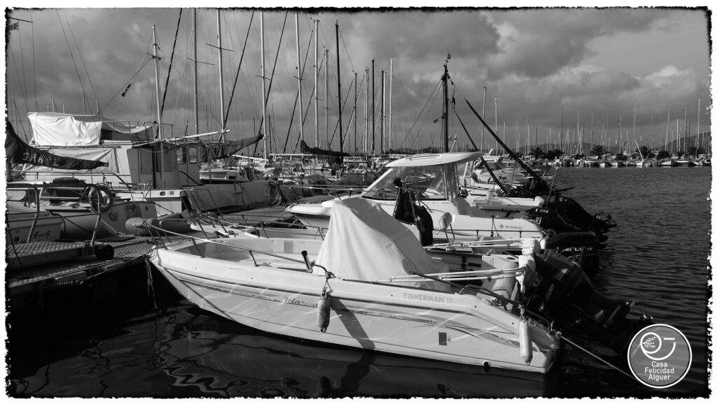 da questo lato del porto piccole imbarcazioni